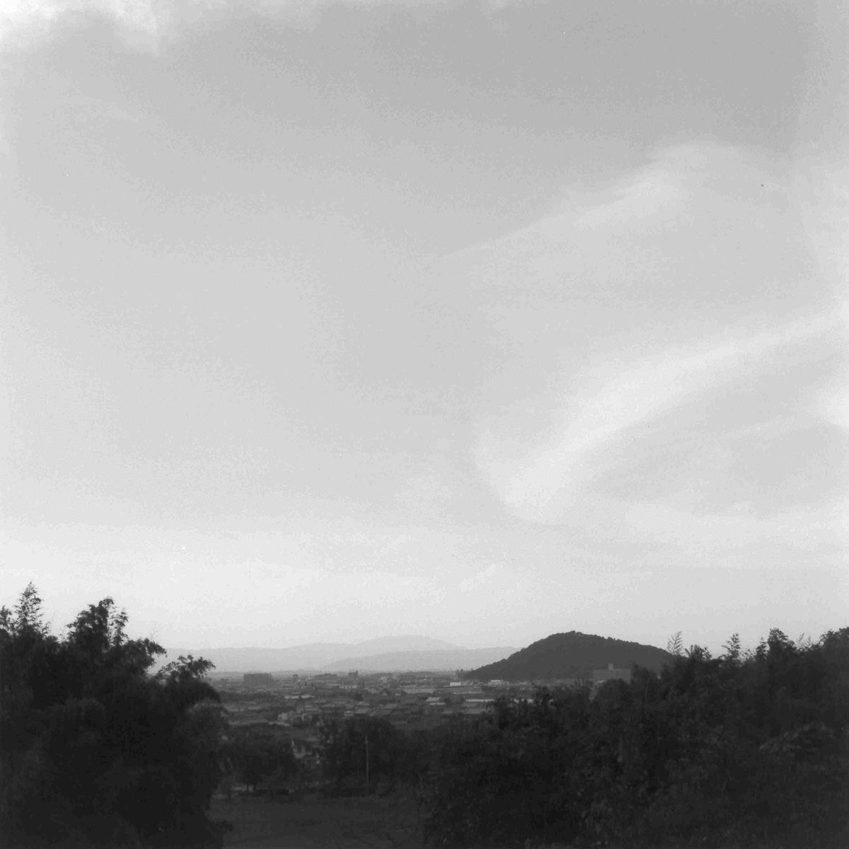 香具山の麓から見た耳成山