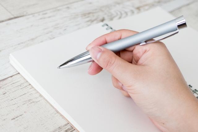 手書きで英語の勉強をしているイメージ