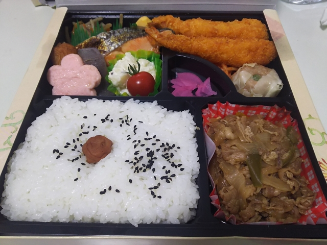 相撲観戦の幕の内弁当のイメージ