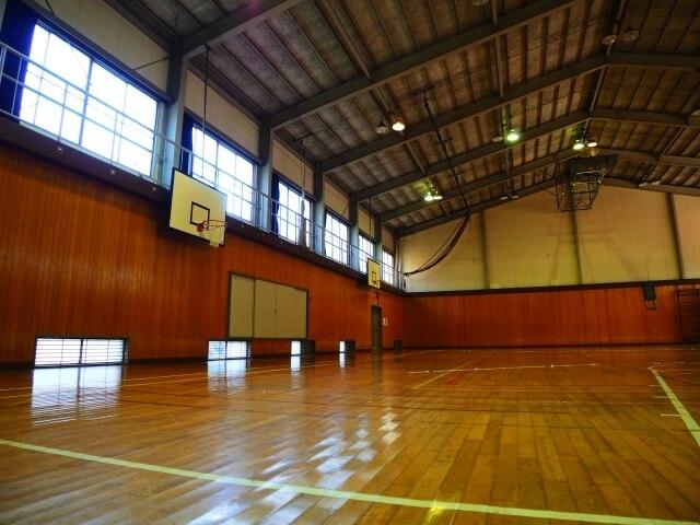 学校の体育館での体育の授業のイメージ