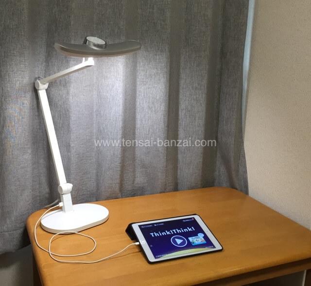MindDuo LEDデスクライトでUSB充電しながらタブレット学習