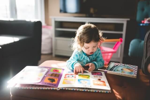 赤ちゃんが絵本を読んでいる