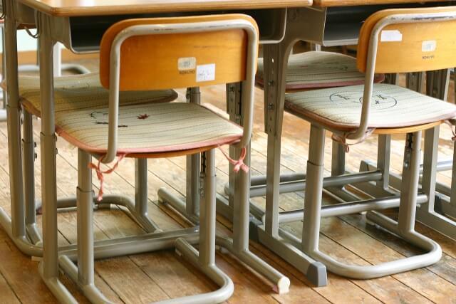 小学校の机と椅子の写真