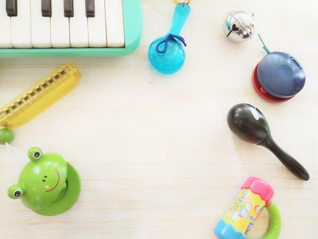 カスタネットやハーモニカなどの楽器イメージ
