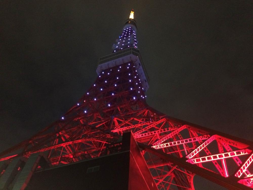 世界自閉症啓発デーで青く点灯する東京タワー