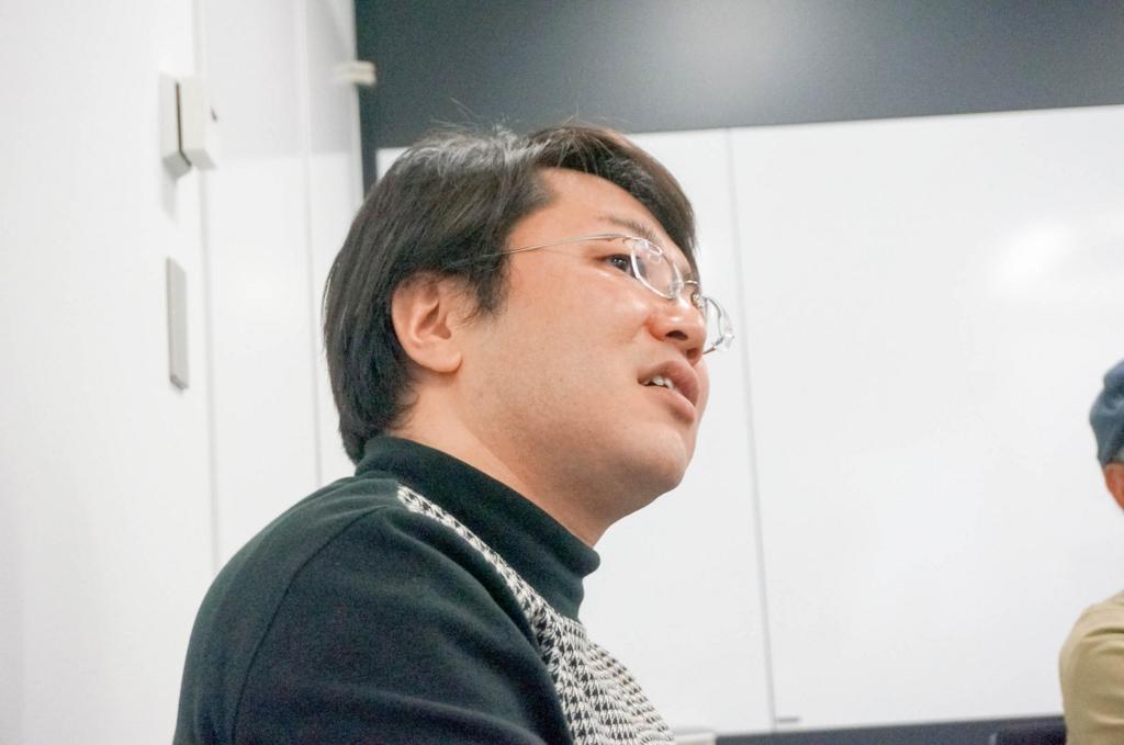 複雑な表情で宮崎さんを見る、元ハドソン社員の齋田さん。