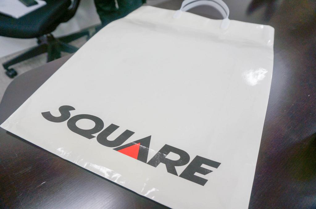 「スクウェア」の紙袋