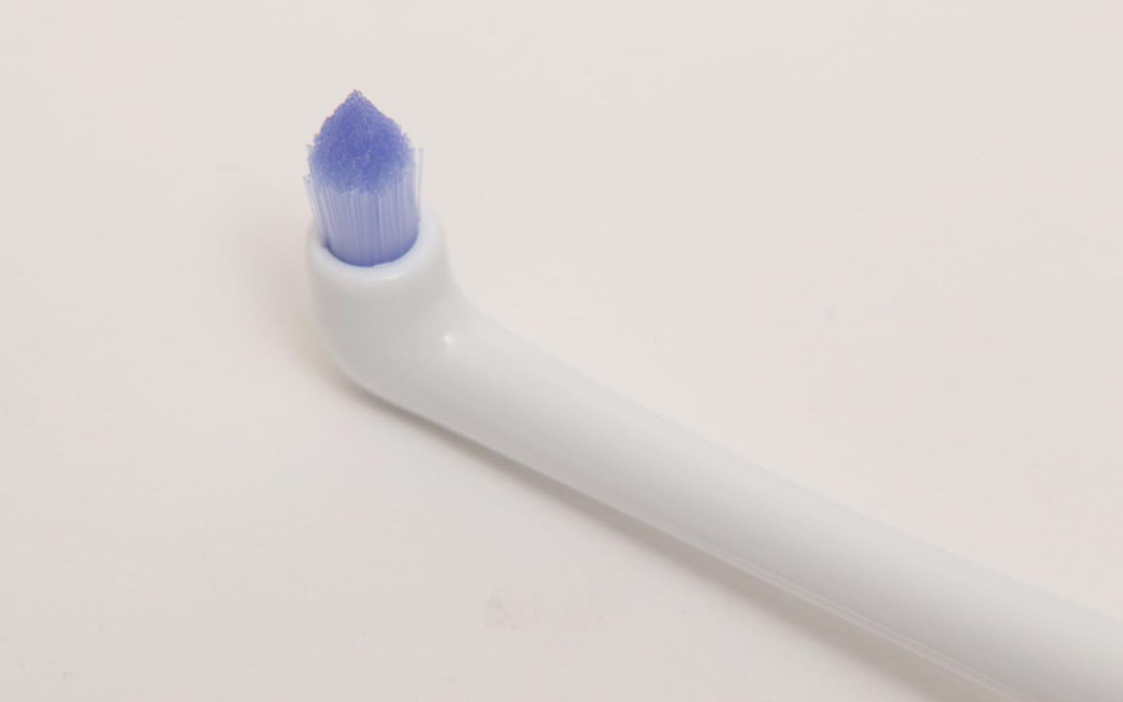 ポイント磨きブラシは、円柱状に密集したブラシの先をとがらせたもの。歯と歯の間や歯の根元(歯周ポケットより上)、奥歯の一番奥、歯並びの悪いところや矯正器具の周りを磨くのに便利。