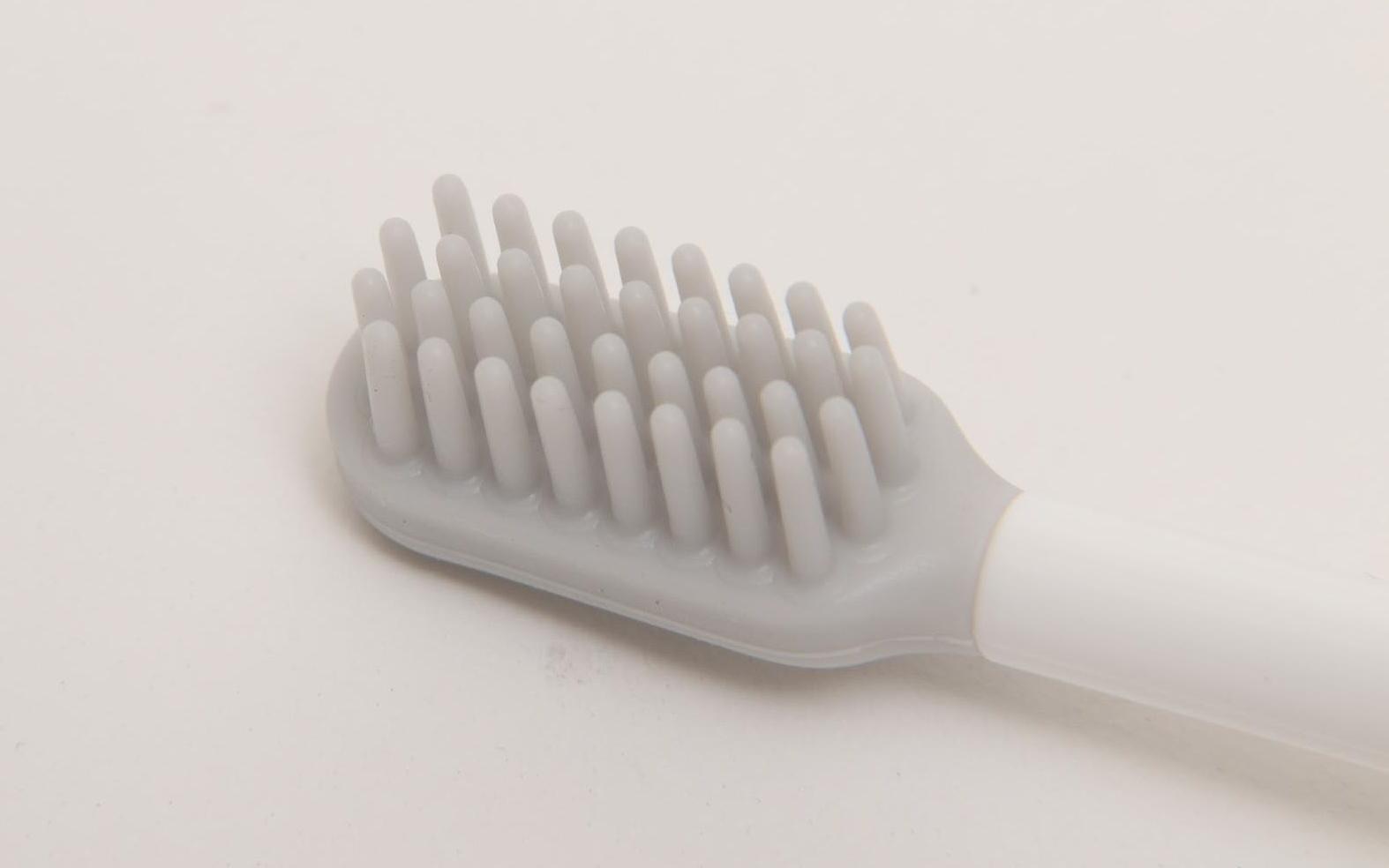 歯ぐきのケアは、シリコンブラシを直接歯ぐきにあてて利用。歯磨き粉を使わず、歯ぐきを刺激しながらケアすることで、歯茎の健康を維持する。歯ぐきを洗うというより、刺激的にケアする。