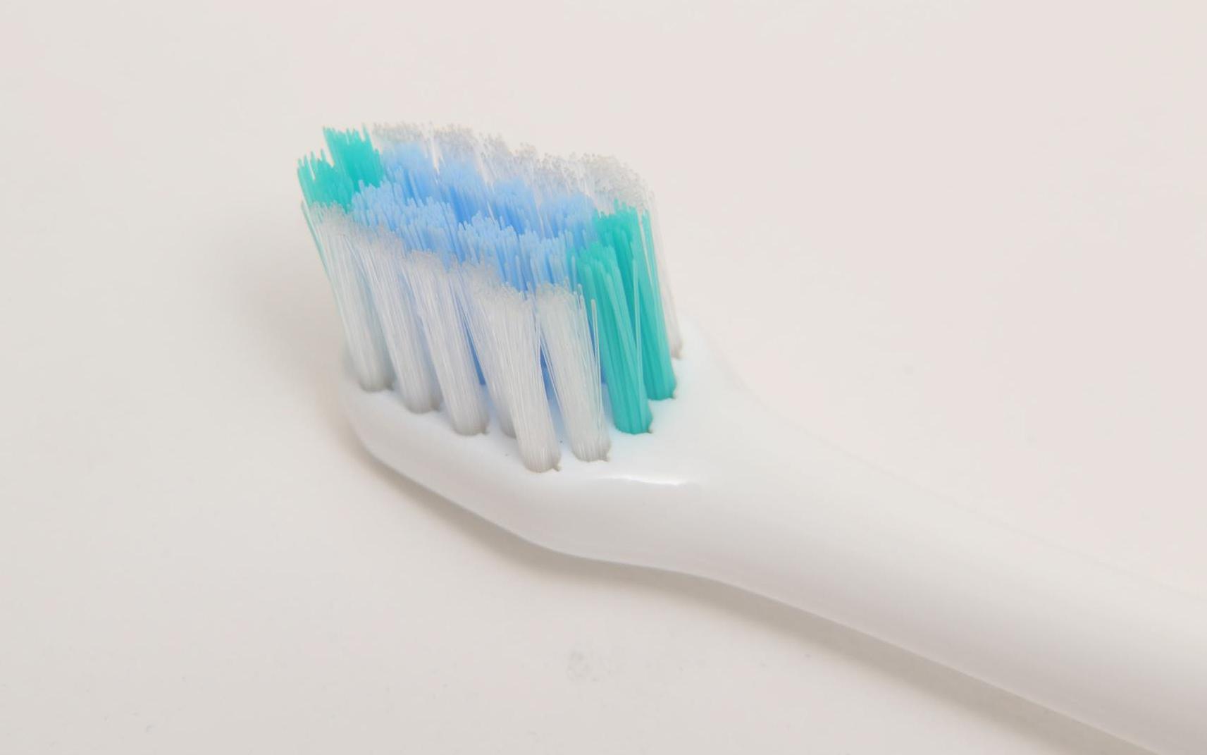 マルチフィットブラシは、普段使い用。歯の側面やかみ合わせ面の歯垢を落としたいときに利用する。ただし歯周ポケットは磨けないので注意。