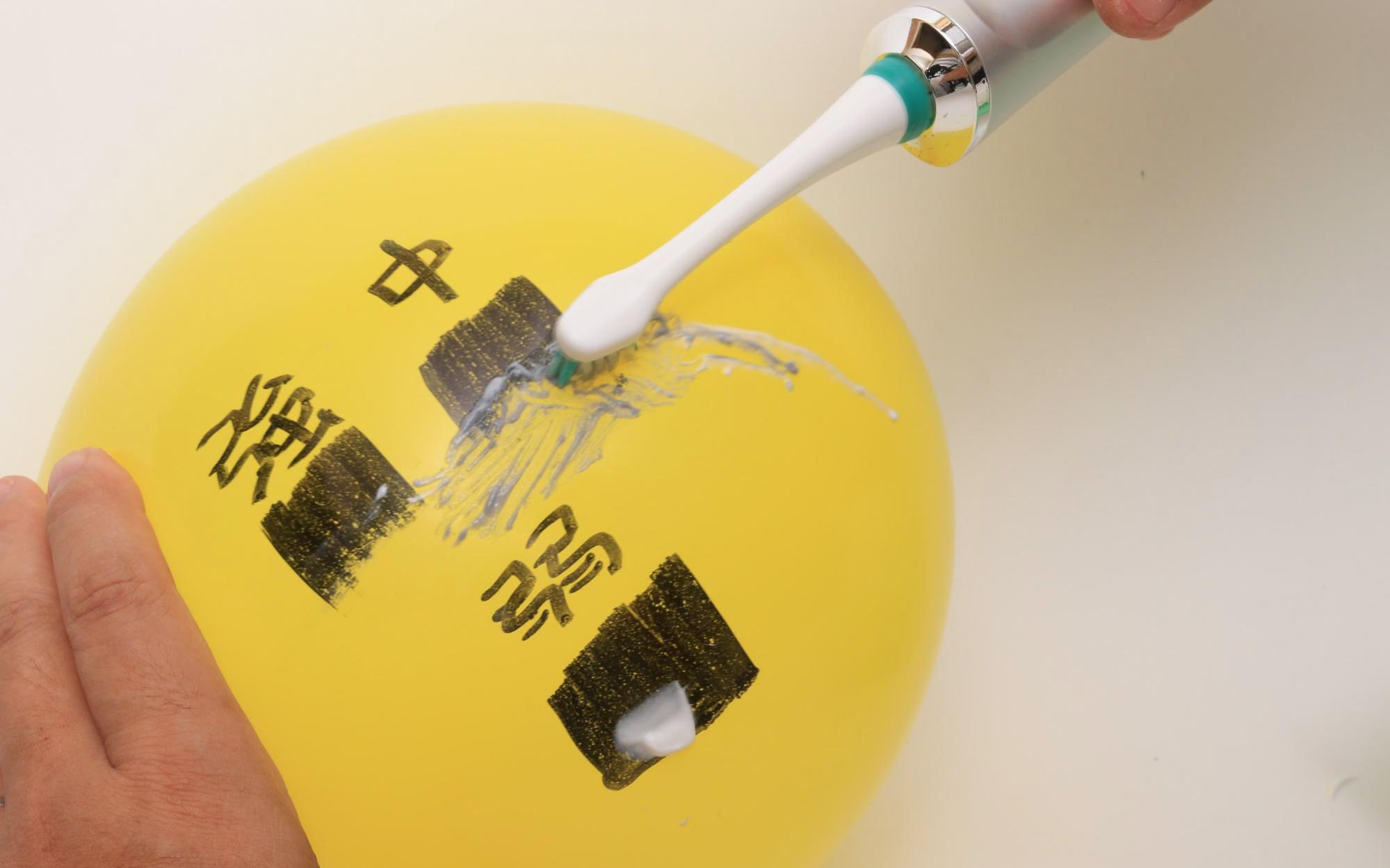 適度に押さえても、きれいに油性マジックが消え、風船が割れなかった