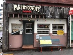 パントリーコヨーテ店の前の写真