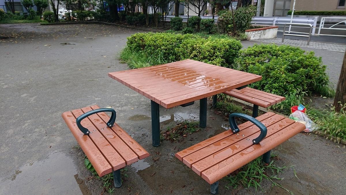 若宮公園のダイニングテーブル