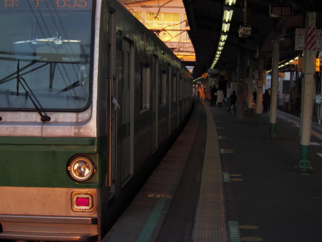 南柏駅1番線ホームと東京メトロ千代田線6000系