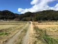 畑の背後には里山が迫る