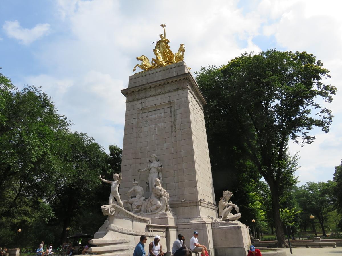 コロンバスサークル側の入り口の像