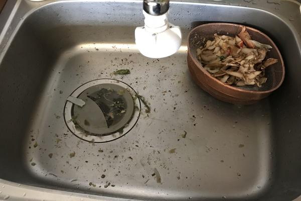 夫が食器洗いした後のシンクの汚さよ