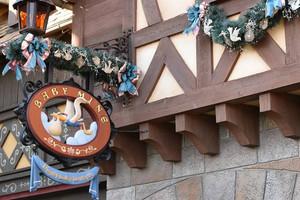 ディズニーランドにあるコウノトリの看板の写真をスマホの待ち受け画面にする子授けジンクス