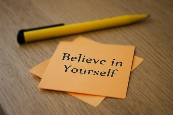 紙に「自分を信じて」と書いてある。二人目妊活中にリセットして落ち込んでも、人と比較せず、自分を信じてあげることが気持ちの切り替え方として大事である。