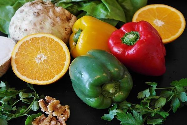 二人目妊活のおやつとしておすすめしたいナッツはビタミンCと一緒に摂取すると効果的。ビタミンCが豊富な青果とナッツ。