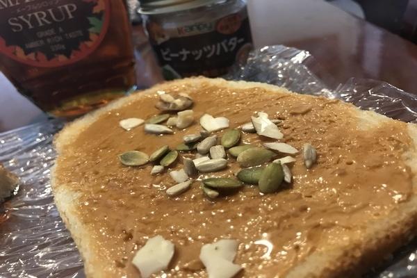 二人目妊活のおやつにおすすめナッツの食べ方例。食パンにピーナッツバターをつけて、メープルシロップをかけ、ナッツを振りかけて焼くだけ。