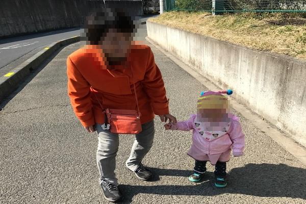 二人目妊活後、母たちからの性別のプレッシャーがすごい。母と孫が散歩している。