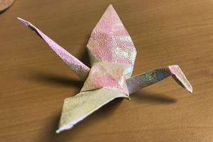 妊活におすすめのルイボスティーの販売を始めたプロントの店長らしき人にもらったキラキラの折り紙で作った鶴。