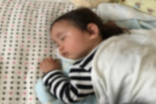 寝室で眠る子。二人目の妊活はどこで子作りするか悩ましいが、子どもが眠っているときに、離れた部屋でする方法がベストである。