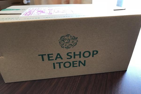 Tea shop Itoenのダンボール箱。プリンセスメディチのルイボス&ハーブティーを妊活のためにお取り寄せしました。