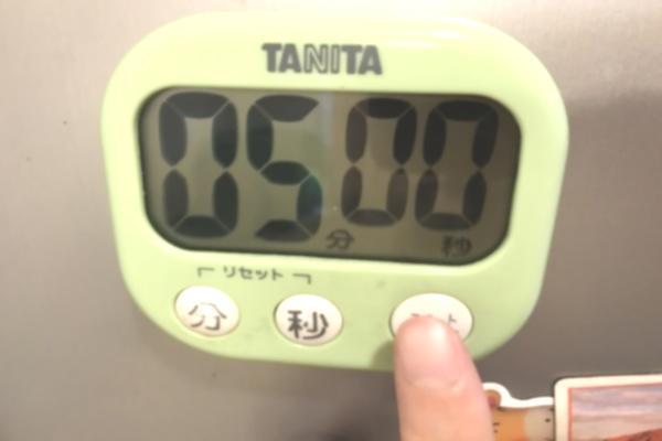 キッチンタイマーを5分設定して待つ。伊藤園のプリンセスメディチのルイボスティーを飲むために、お湯を注いで5分待ちます。妊活におすすめか検証中。