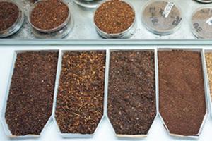 ルイボスティーの茶葉の種類は発酵したレッドルイボスティー、非発酵のグリーンルイボスティー、グレード・等級、味、ブレンドなど多種多様である。