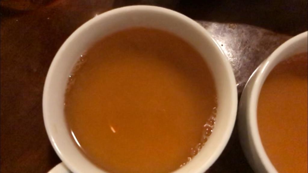 お湯を注いで3分待ったアモーマのグリーンルイボスティー。グリーンルイボスティーにしては香りは控えめで、煮出しとほとんど違いがありませんでした。成分に違いがあるので、妊活には5分煮出しがおすすめ。