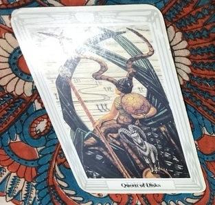Queen of Disksというタロットカード。エンハーブの無料タロット占いで一枚目に引いた。三人目の妊活時期について、潜在的には現状に満足しているようだ。