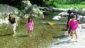 【旅04】率先して水に入る久美子お母さんと子供たち。入らないお父さ