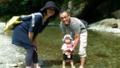 【旅04】率先して水に入る源太お父さんと平くん。入らないお母さん。
