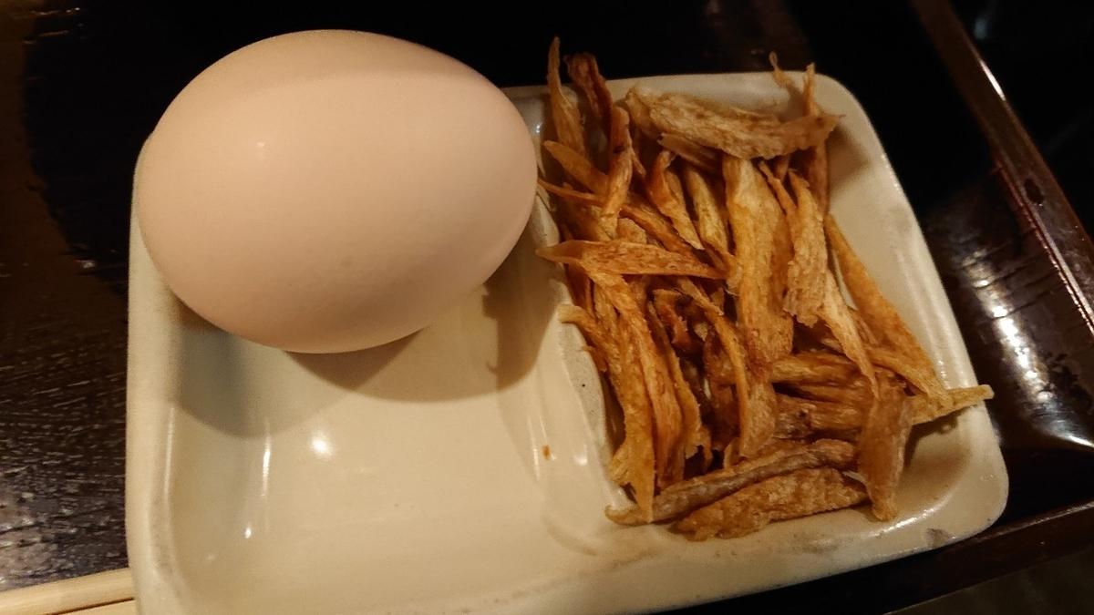 心斎ばし浪花そば ツイン21店の生卵とゴボウ素揚げ