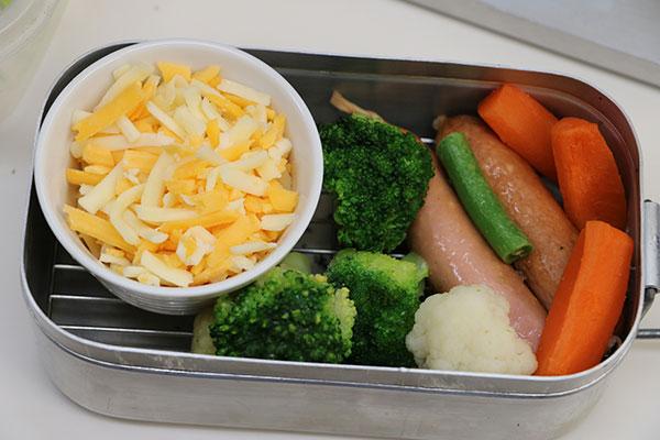 調理前のチーズとソーセージと冷凍野菜