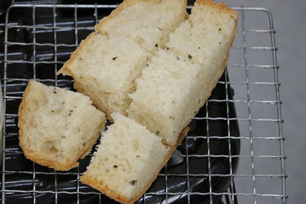 ストーブでパンを炙る