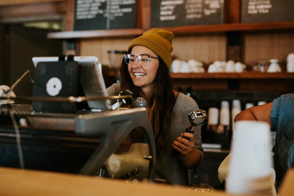 カフェで笑う眼鏡の女性