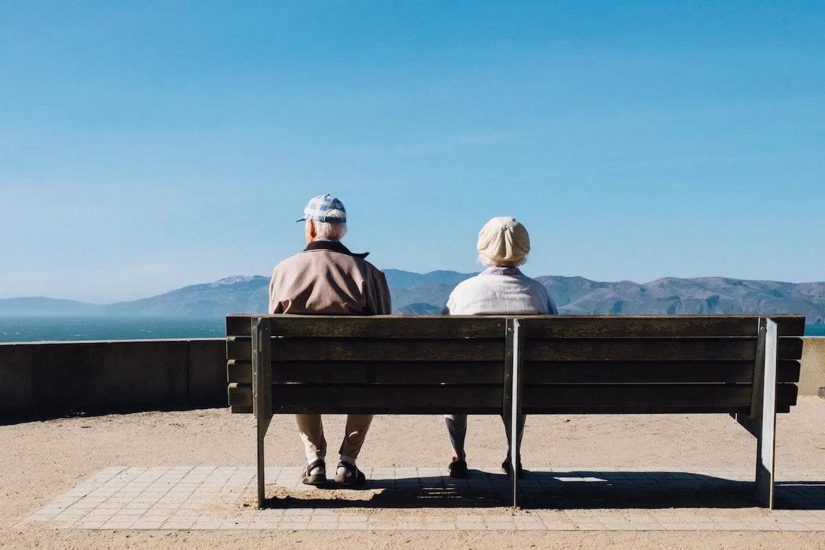 ベンチに座っている老人夫婦