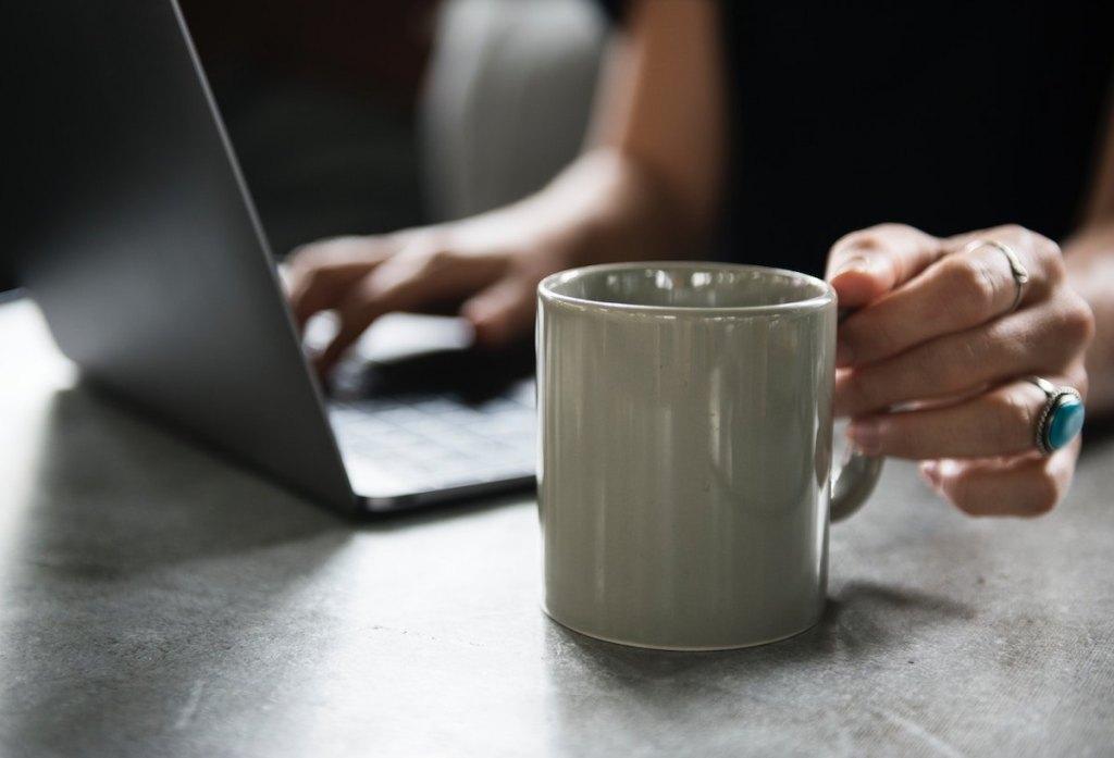 マグカップとパソコン