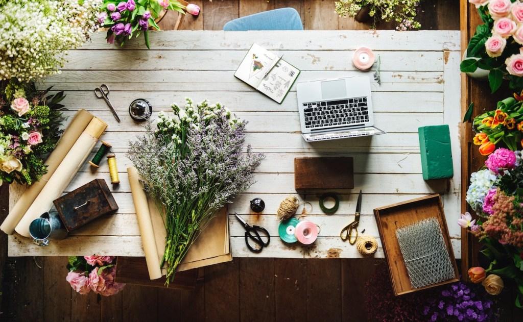 テーブルの上の花束と文房具など