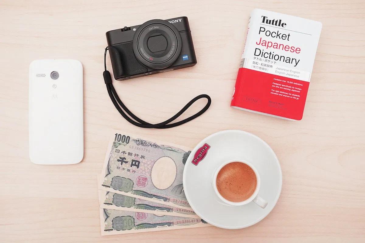 スマートフォン、カメラ、本、お金、コーヒー