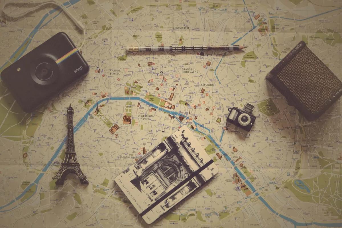 地図とカメラとエッフェル塔