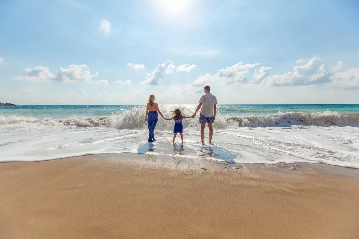 浜辺を歩く家族