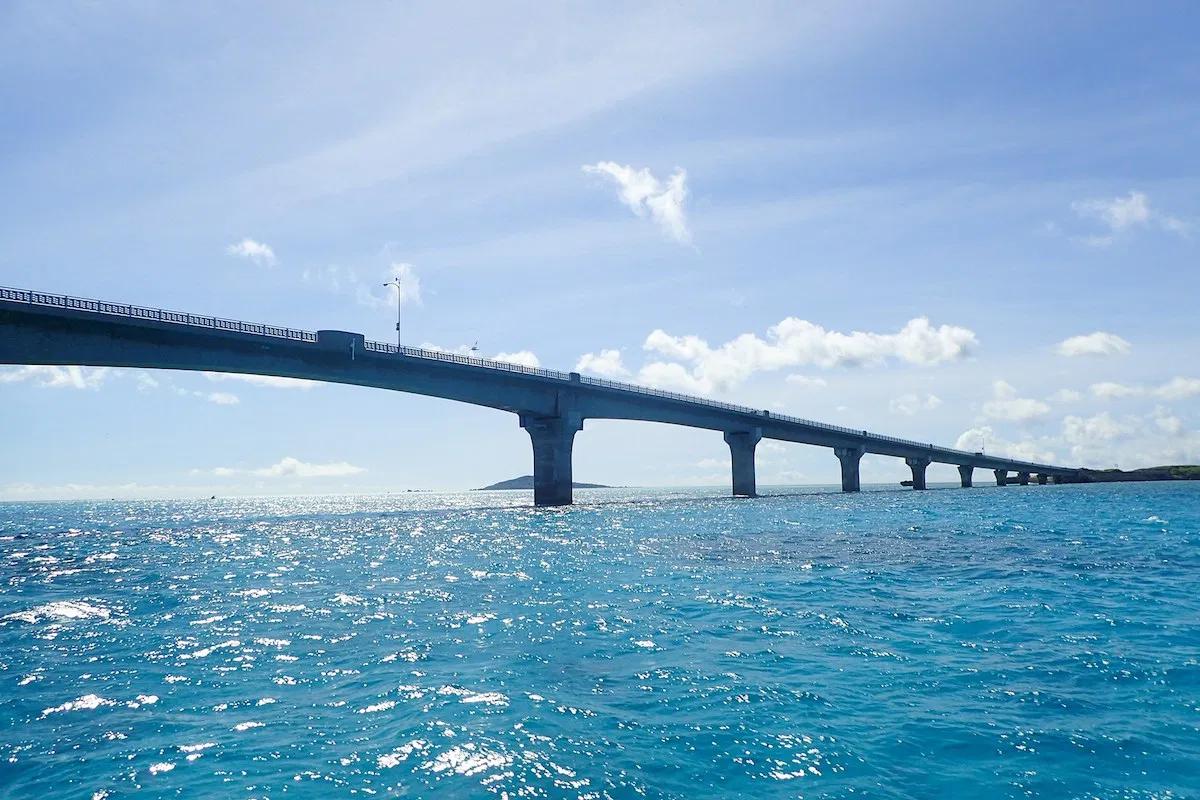 海の上に架かる橋