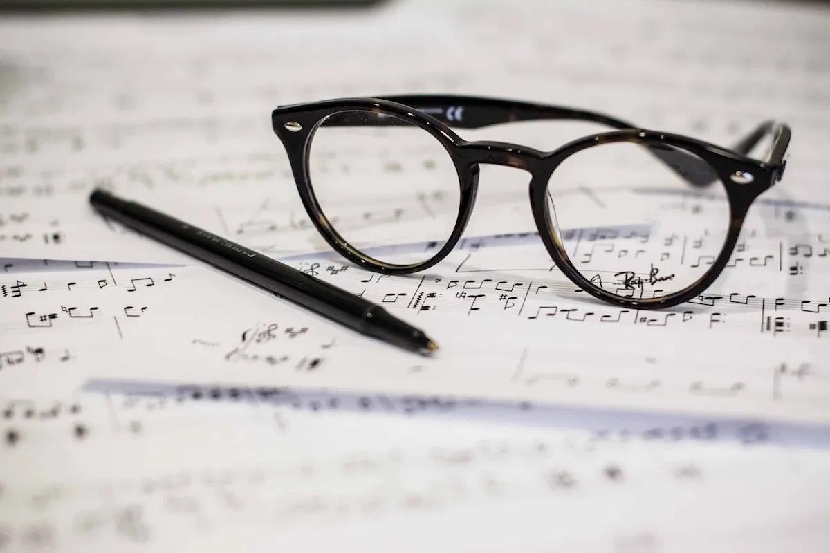 楽譜・眼鏡・ボールペン