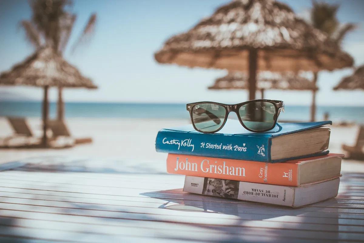 ビーチと本、眼鏡