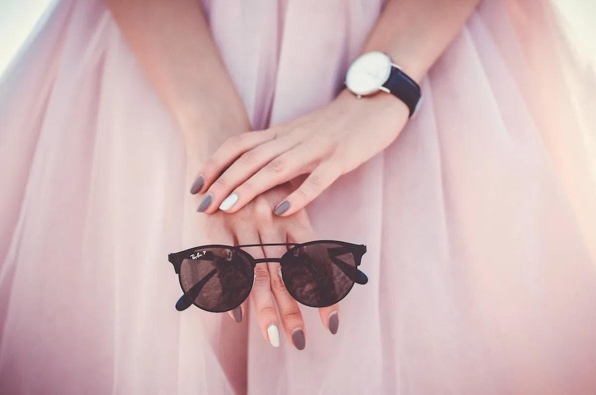 ピンクのドレスとサングラス