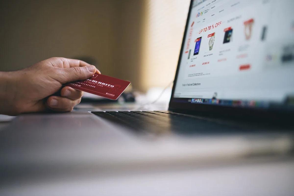 パソコンでクレジットカード決済する人